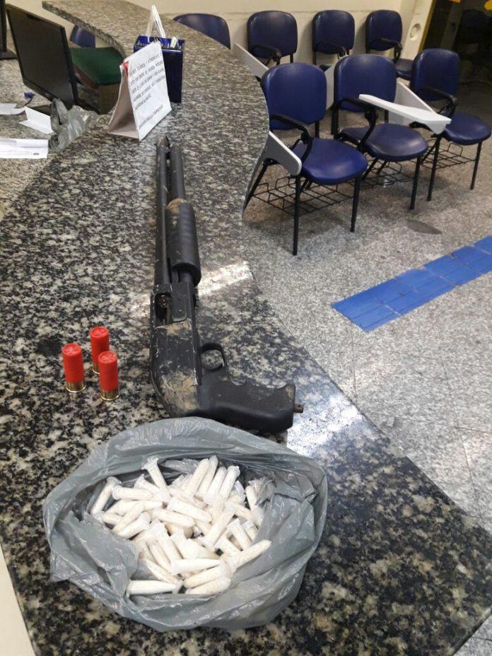 Arma e drogas enterradas em mata são apreendidas em Cabo Frio
