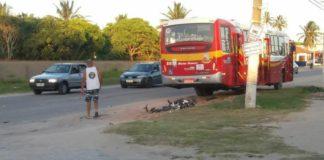 Motociclista morre ao colidir com carro e ser atropelado por ônibus em Araruama