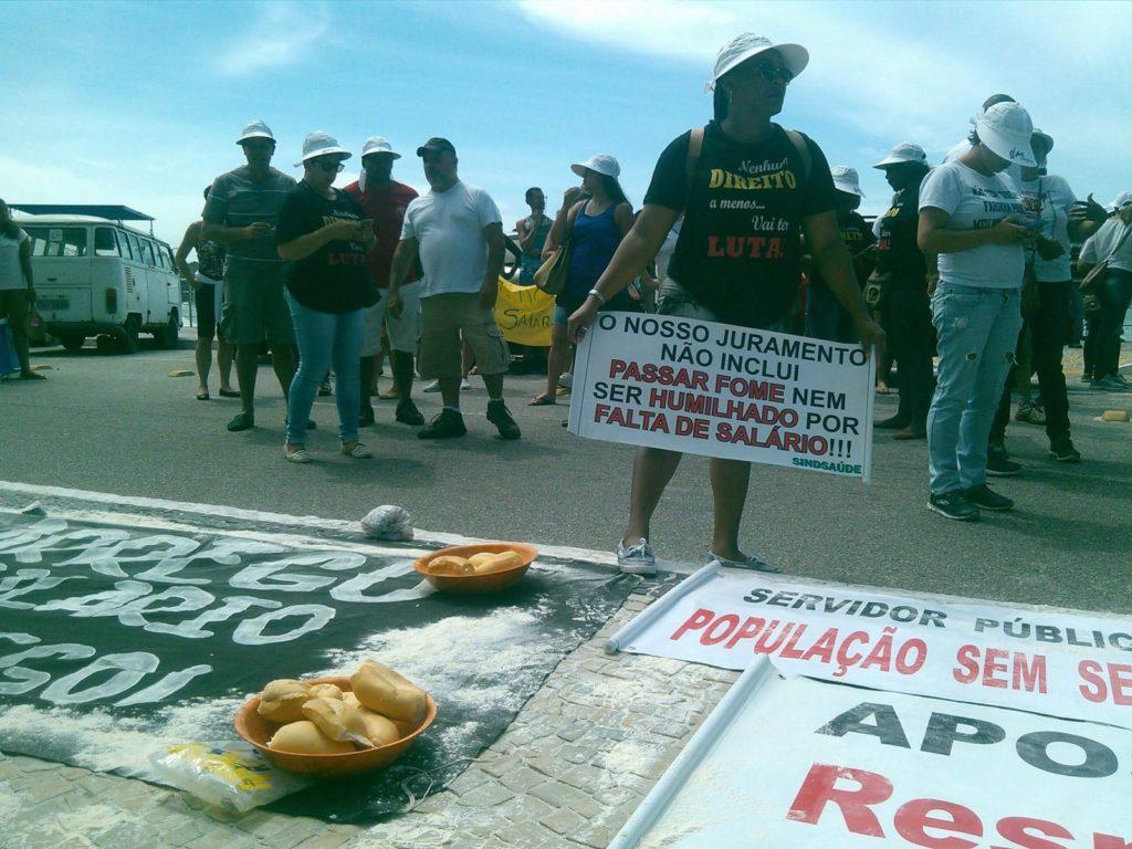 Servidores realizam 'Ceia da Miséria' e 'celebram' terceiro ano consecutivo sem 13º em Cabo Frio