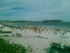 Praia do Forte registra movimentação no primeiro dia do verão