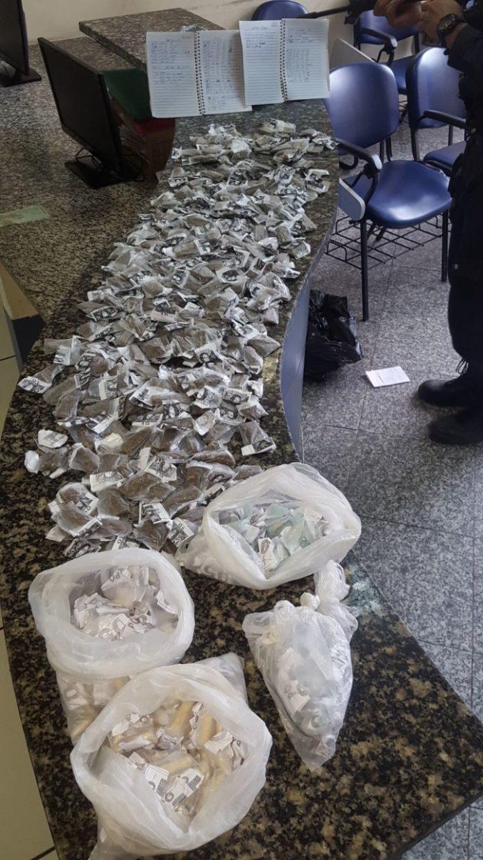 Segundo a PM, foram apreendidas 199 cápsulas de cocaína e 350 buchas de maconha
