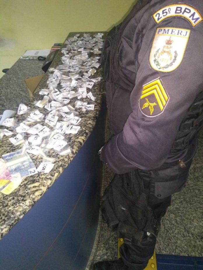 Menor de 16 anos é aprendido com cocaína em São Pedro da Aldeia