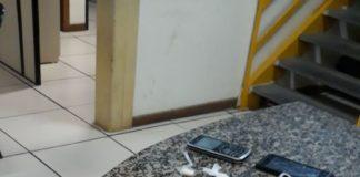 Homens são presos por suspeita de tráfico de drogas na Rua das Pedras, em Búzios
