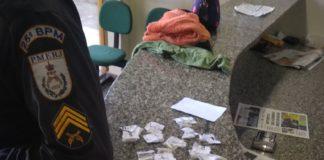 Menor é apreendido com pinos de cocaína em São Pedro da Aldeia