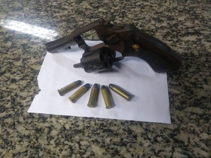 Arma é apreendida em São Pedro da Aldeia após disparos