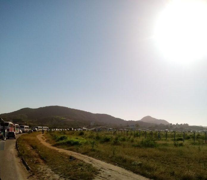 Trânsito na RJ-140, em São Pedro, registra engarramento após carro capotar