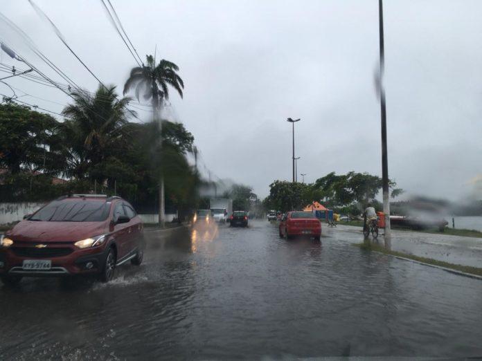 Carros trafegam em baixa velocidade em ruas do bairro Palmeiras.