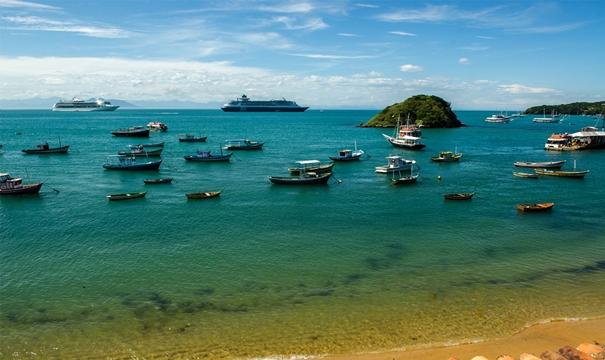 A praia abriga diversos barcos de pesca, proporcionando uma bela paisagem