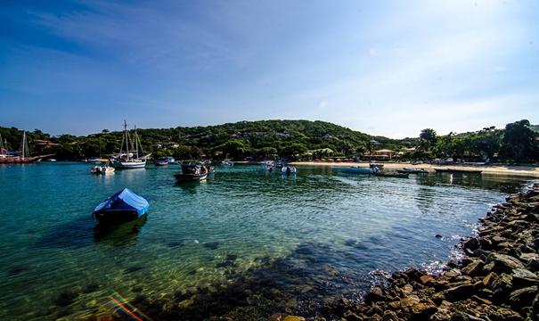 Com águas calmas e repleta de árvores durante toda sua extensão, a Praia dos Ossos oferece um visual digno de cartão postal.