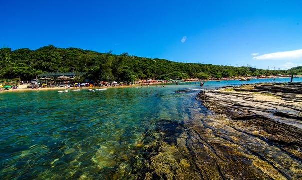 A Praia da Tartaruga possui águas calmas e reserva ao visitante a possibilidade de ver lindos corais através do mergulho.