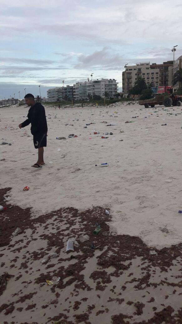 Trecho da Praia do Forte amanhece com grande quantidade de lixo após festa particular