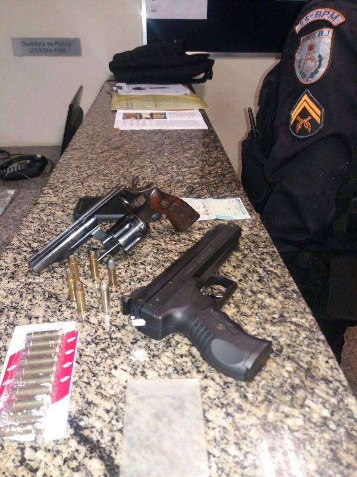 Homem é preso com armas e munições em Búzios