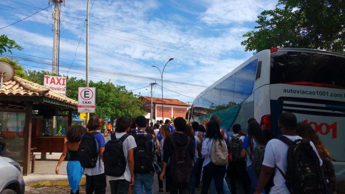 Alunos partiram em passeata rumo à Prefeitura