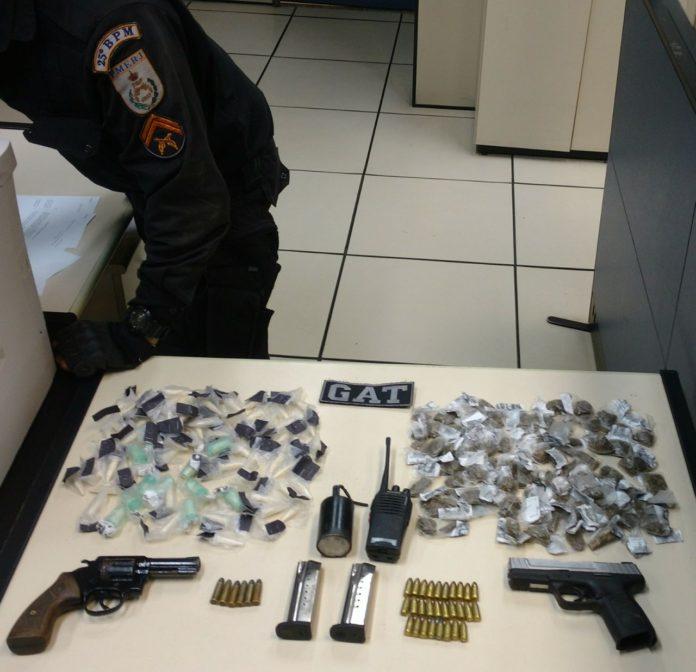 PM apreende granada, armas e drogas em São Pedro da Aldeia