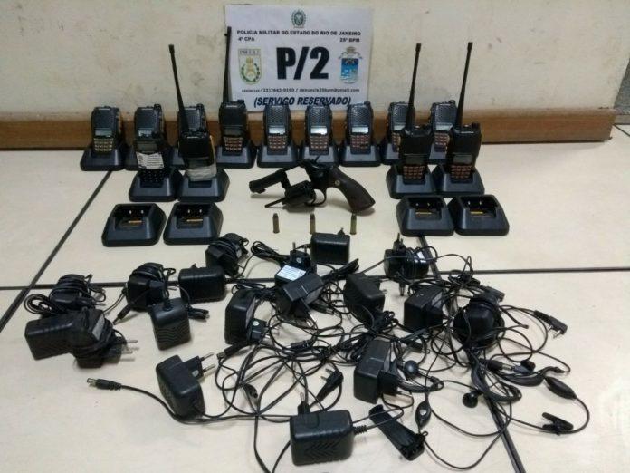 Arma, munições e rádios transmissores são apreendidos em Cabo Frio