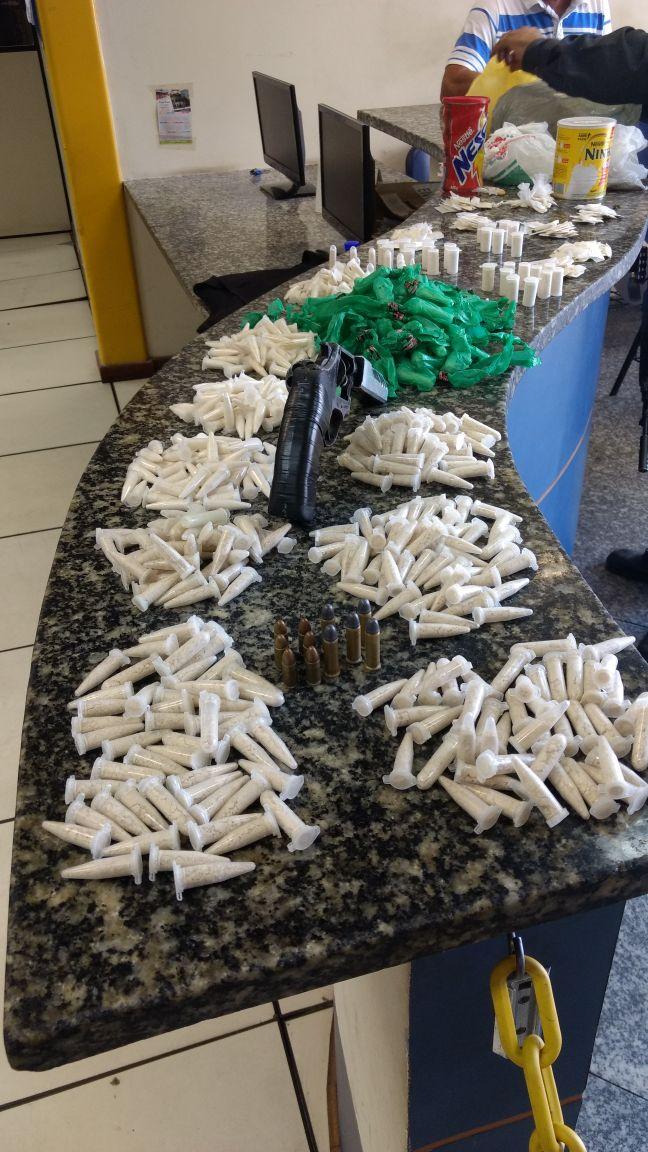 Homem é preso com carga de cocaína, armas e munições em Búzios