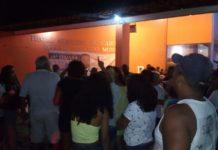 Reabertura do teatro de Cabo Frio é marcada por protestos de ambulantes