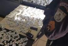 Cento e oitenta pinos da drogas foram apreendidos durante a ação. Foto: PM/Divulgação