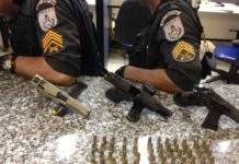 Três pistolas foram apreendidas na ação. Policiamento está reforçado no local. Foto: PM/Divulgação