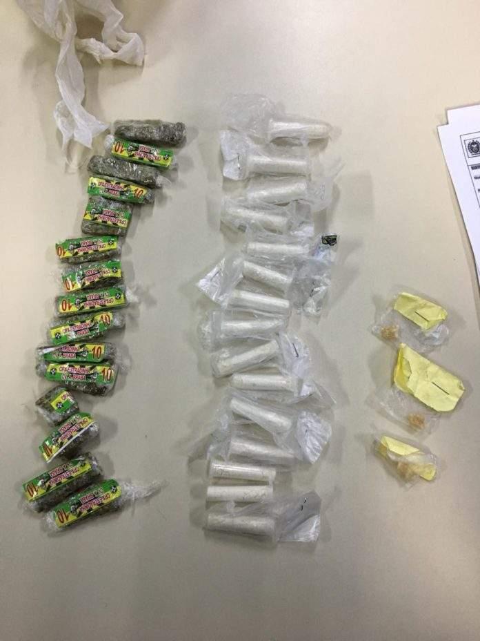 Foram apreendidas maconha, cocaína e crack na ocasião. Foto: PM/Divulgação