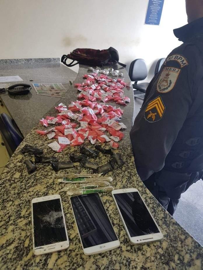 Além das drogas, três celulares foram apreendidos. Foto: Divulgação/ Polícia Militar