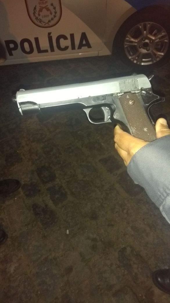 Um homem foi preso e dois adolescentes foram apreendidos na ação. Foto: PM/Divulgação