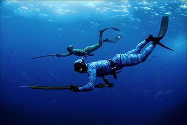 Pescadores utilizam instrumento disparador para realizar atividade. Foto: Reprodução/ Internet
