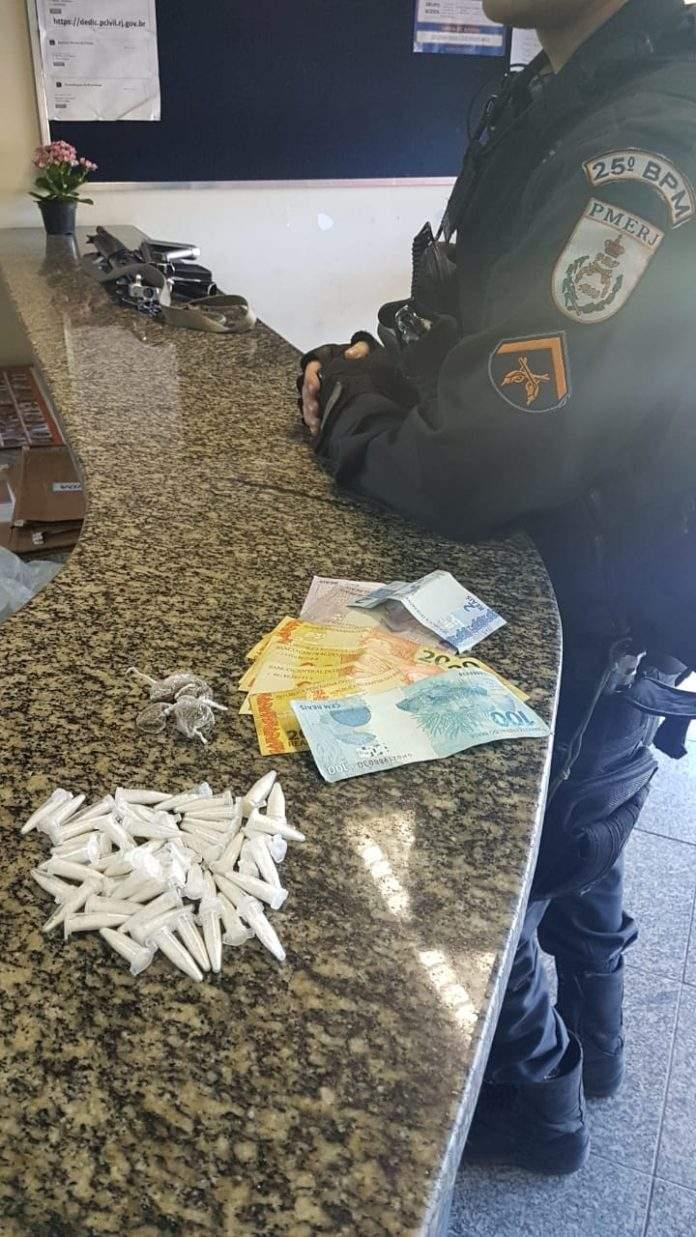Parte do material estava escondida em terreno próximo do suspeito. Foto: PM/Divulgação