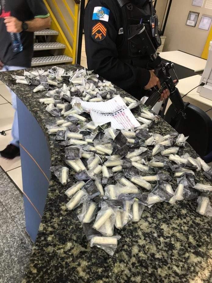 Ao todo, foram apreendidos 147 pinos de cocaína e 938 tabletes de maconha. Foto: PM/Divulgação