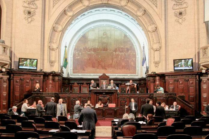 Reportagem aborda ligação entre deputados de Cabo Frio e PMs envolvidos em caso ocorrido em 2013. Foto: Julia Passos/ Alerj