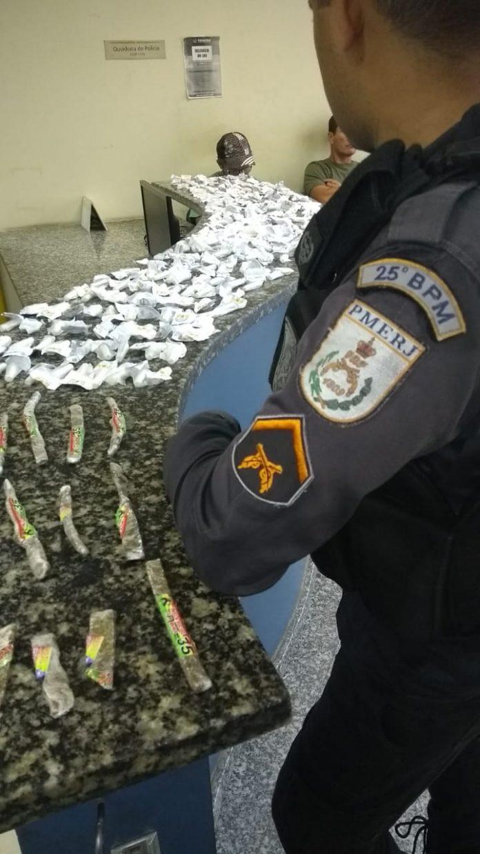 Na ação foram encontrados 240 pinos de cocaína e 36 tabletes de maconha. Foto: PM/Divulgação