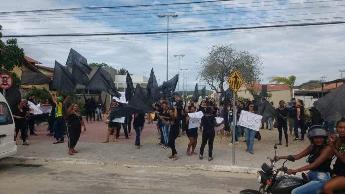 Manifestação acontece na manhã desta segunda (8). Foto: Fonte Certa