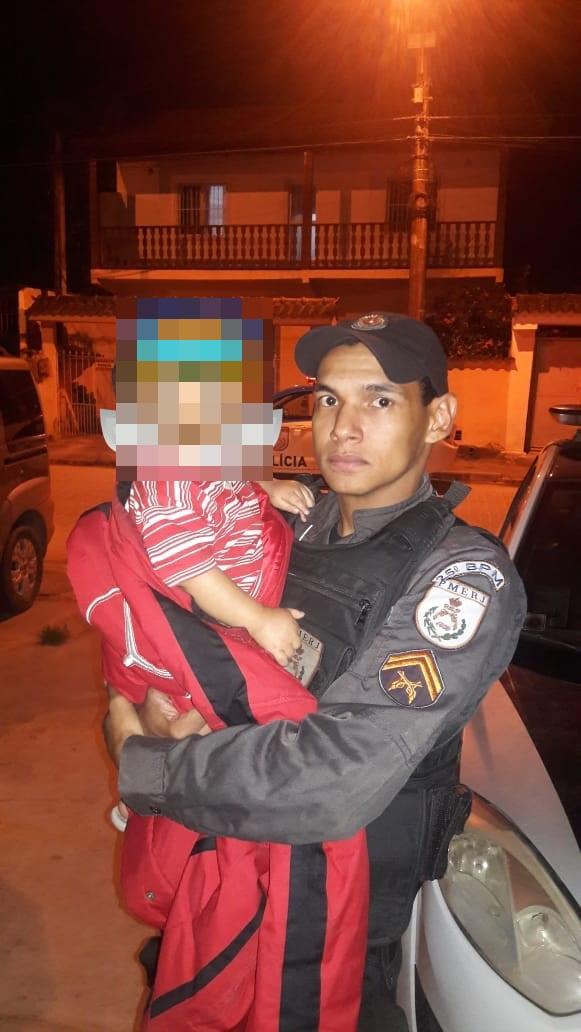 Criança foi retirada por policiais