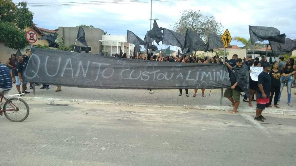 Manifestação acontece na manhã desta segunda (8). Foto: Fonte Certa.