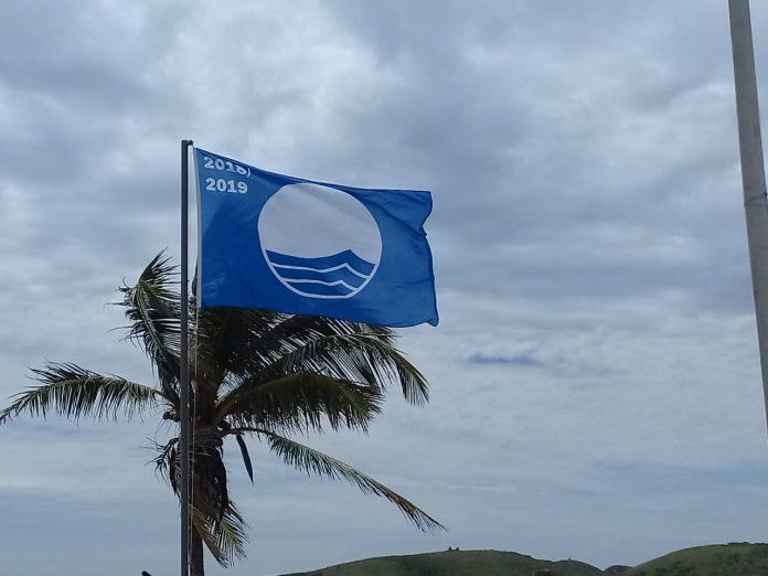 Bandeira Azul foi hasteada nesse domingo (25). Praia é a primeira do interior do Estado a receber a certificação. Foto: Prefeitura Municipal/ Divulgação