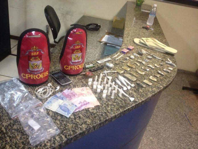 Material foi encontrado dentro de uma mochila e o suspeito conseguiu fugir. Foto: PM/Divulgação