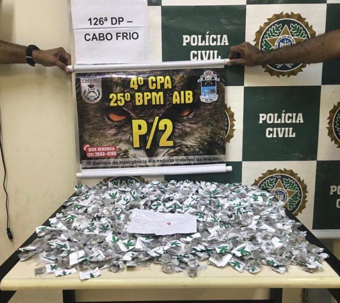 Segundo a PM, em revista na residência do rapaz, foram apreendidas 800 trouxinhas de maconha. Foto: PM/Divulgação