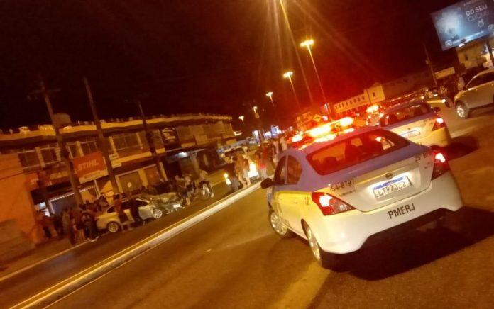 Dois homens foram presos e um adolescente apreendido após um roubo de veículo. Foto: PM/Divulgação