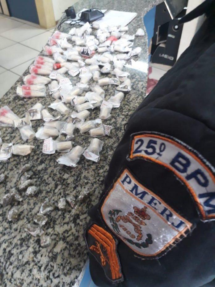Segundo a PM, com o rapaz foi apreendida uma mochila contendo drogas e material do tráfico. Foto: PM/Divulgação
