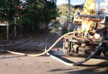 Nos bairros mais afetados pela chuva, as equipes da limpeza estão realizando desobstrução de bueiros com auxílio do caminhão vacol. Foto: Prefeitura/Divulgação