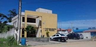 Um homem foi morto a tiros nessa quinta-feira (20) em frente a um bar no Morro dos Milagres, em São Pedro da Aldeia.