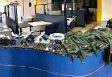 A Polícia Militar prendeu 5 pessoas armadas no Jardim Esperança, em Cabo Frio, nesta segunda-feira (17).