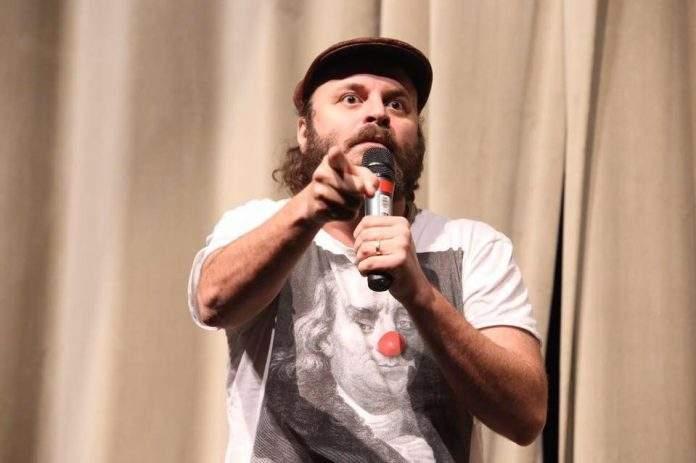 Nesta terça-feira (11), o humorista Paulinho Serra fará uma apresentação gratuita de stand-up comedy, às 19h, na Praça de Alimentação do shopping Park Lagos.