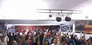 Os profissionais da educação suspenderão a greve nesta segunda-feira (17). A decisão foi aprovada durante assembleia da categoria, no Edilson Duarte.