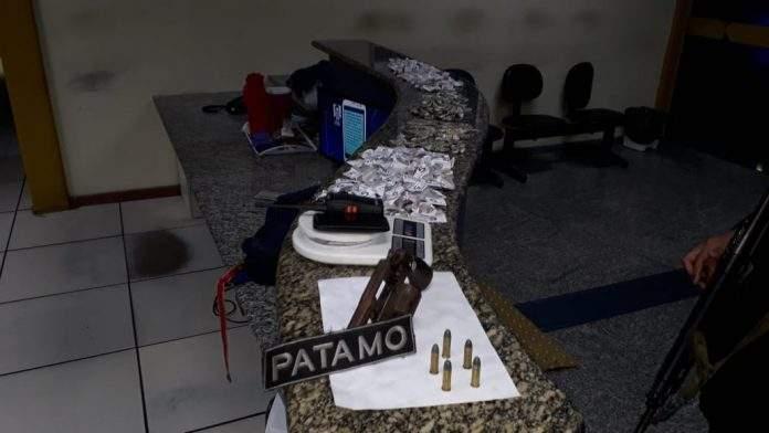 Nessa segunda-feira (10) a polícia recebeu denúncias que suspeitos estariam armados e fazendo comércio de drogas na Vila Verde, em Búzios.