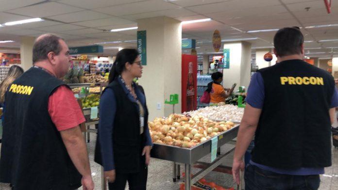 O Procon/Cabo Frio esteve nesta quarta-feira (10) em Tamoios para verificar o cumprimento da lei da sacola plástica nos supermercados.