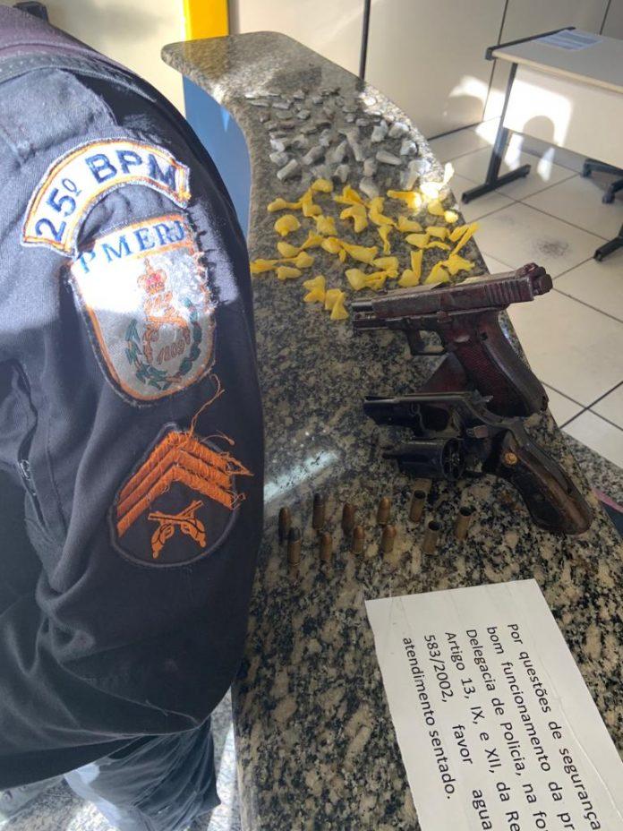 Dois homens morreram em uma troca de tiros com a polícia na comunidade do Morro da Coca Cola em Arraial do Cabo, nessa quarta-feira (24).