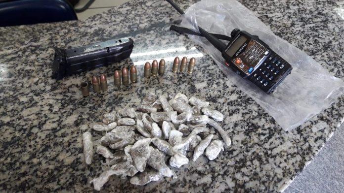Dois jovens foram apreendidos na tarde deste domingo (28), após troca de tiros com a polícia na Colina em São Pedro da Aldeia.