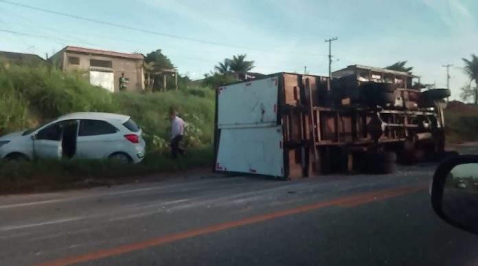 Um caminhão tombou após bater em um carro na manhã dessa quarta-feira (03) no Bairro São Mateus, em São Pedro da Aldeia.