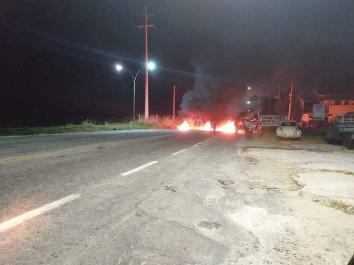 O policiamento no bairro Manoel Corrêa, em Cabo Frio está reforçado nesta terça-feira (02) após uma troca de tiros e manifestações na noite anterior